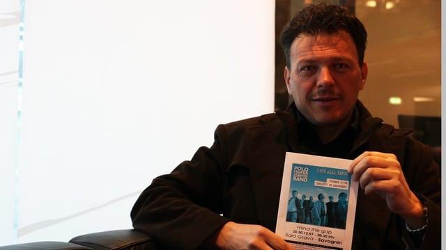 Gian Jegher cun il program dal concert cun Polo Hofer l'onn 1997.