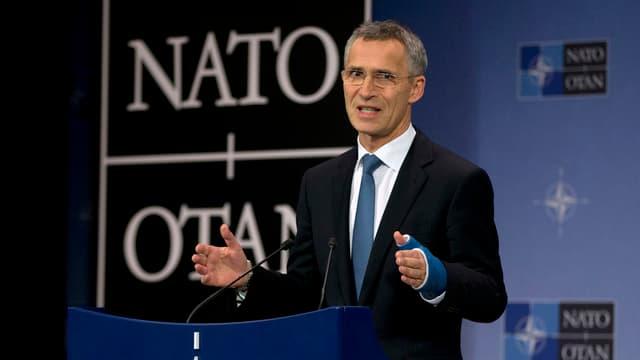 Stoltenberg spricht am Rednerpult vor dem weissen Nato-Logo auf schwarzem Grund.