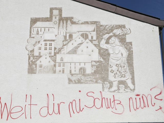Das Kunstwerk an der Wand der Turnhalle in Ormalingen
