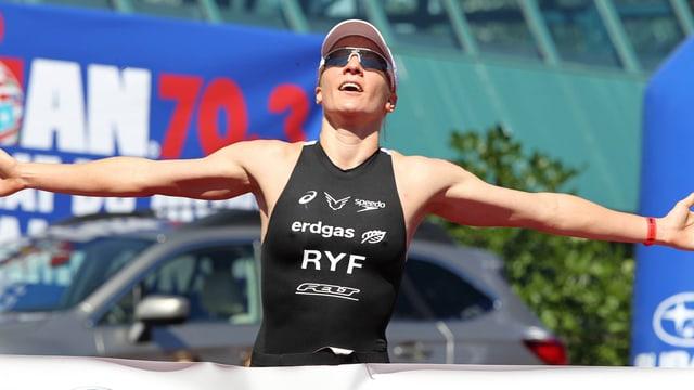 Daniela Ryf breitet beim Zieleinlauf ihre Arme aus.