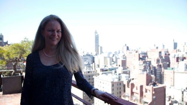 Christina auf der Terrasse ihres Penthouses.