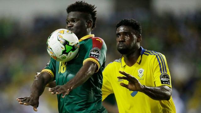 Robert Ndip Tambe kann den Ball vor Bruno Ecuele Manga behaupten.