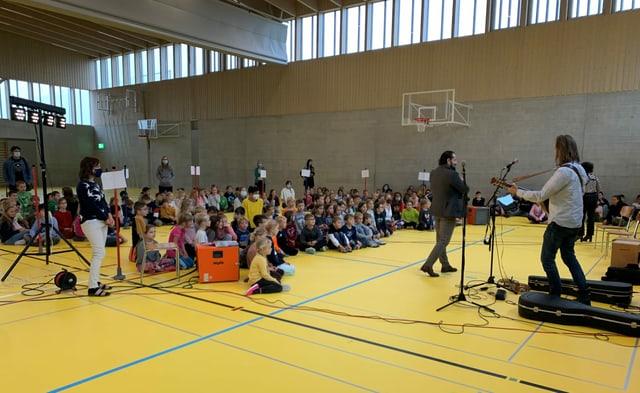 Kleine Band spielt in Turnhalle vor Kindern