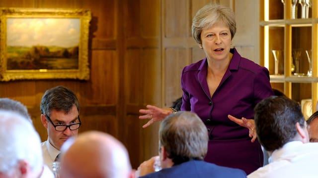 Theresa May mit weiteren Personen