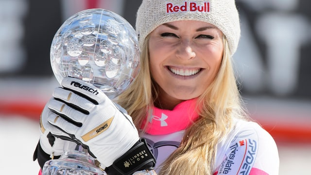 La skiunza americana Lindsey Vonn cun la culla da cristal enta maun.