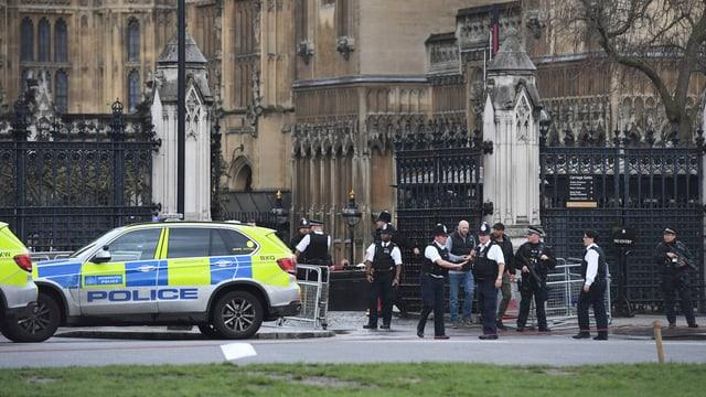Purtret da polizia avant il parlament.