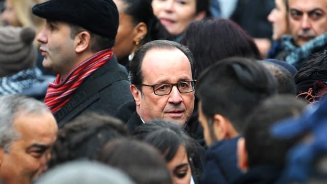 François Hollande inmitten einer Menschenmenge.