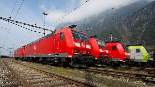 Lokomotiven der Deutschen Bahn, daneben eine Lok der BLS Cargo.