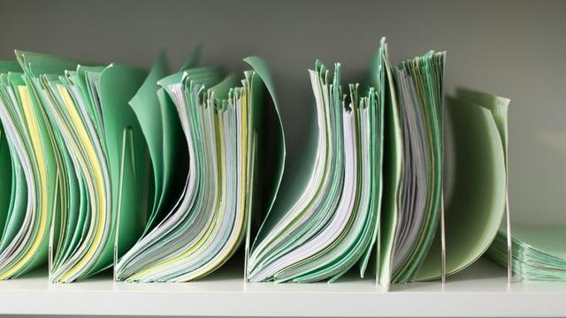 Verschiedene Papierakten in einem Regal