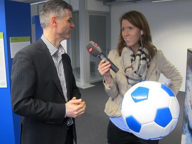 SRF-Redaktorin Christiane Büchel interviewt Geschäftsführer Martin Bopp.