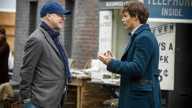 Regisseur David Yates spricht mit seinem Hauptdarsteller Eddie Redmayne in einer Drehpause.