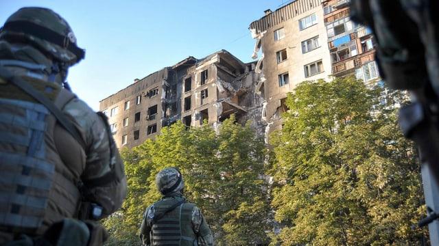 Ukrainische Soldaten vor einem zerbombten Haus in Lisischansk, nahe Lugansk.