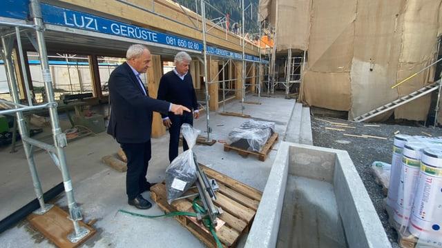 Robert Lombardini (sanester) cun ses ami Gion Duri Cantieni, ch'è in grond agid quai che pertutga las lavurs da construcziun.