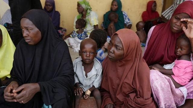 Frauen und Kinder in einem Flüchtlingslager in Nigeria.