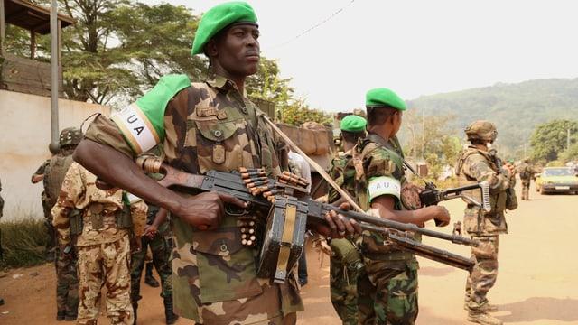 Tschadische Soldaten der Afrikanischen Union patrouillieren in Wouango.