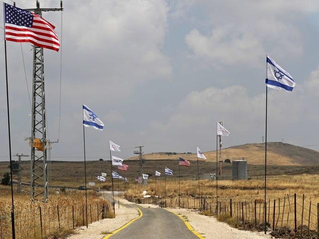 US- und Israel-Flaggen auf den Golanhöhen