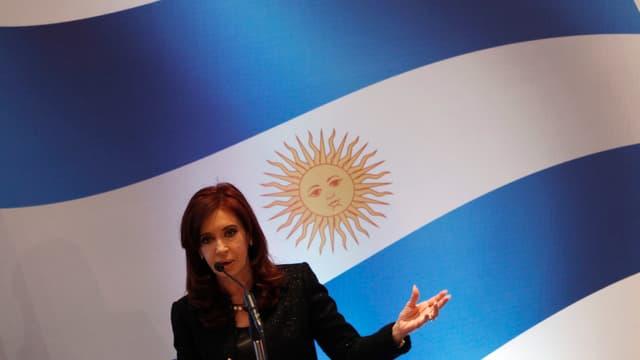Präsidentin Kirchner vor der argentinischen Flagge.