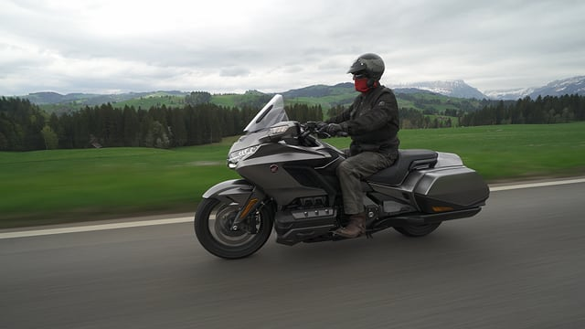 Ein Mann fährt Motorrad.