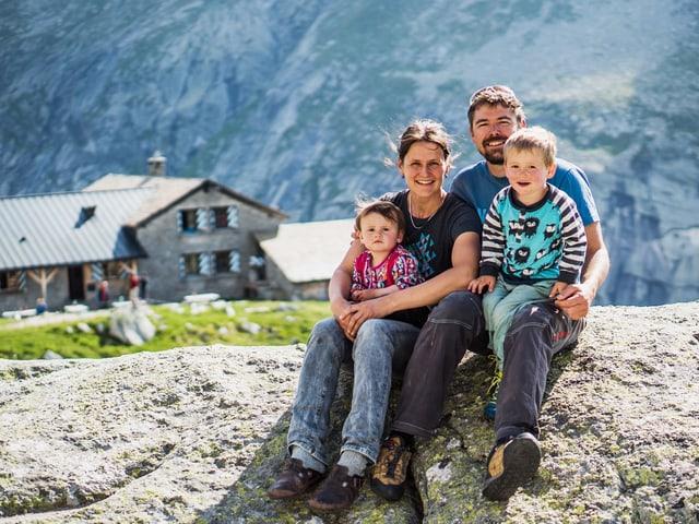 Annamaria Crameri und Martin Ruggli mit ihren Kindern.