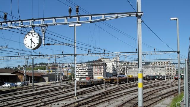 Einfahrt in den Bahnhof Luzern ohne Zug auf dem Bild. Nur Schienen.