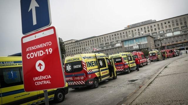 Ambulâncias esperam em uma longa fila em frente ao hospital.