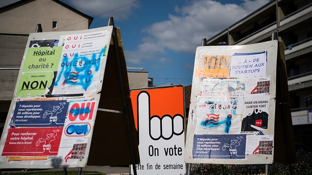 Abstimmungsplakate auf einer Strasse in Moutier.