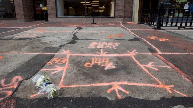 Auf dem Boden ist die Stelle markiert, an der eine Bombe explodiert war.