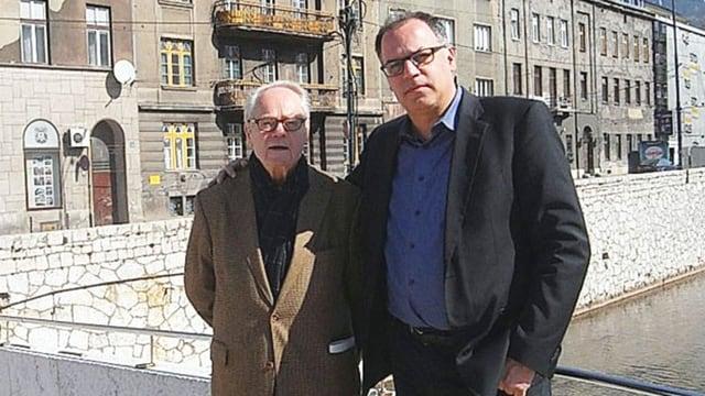 Man sieht Peter Voegeli mit seinem Vater in Sarajevo, am Ort des Attentats von 1914.
