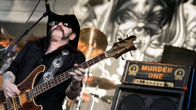 Lemmy Kilmister durant in concert.