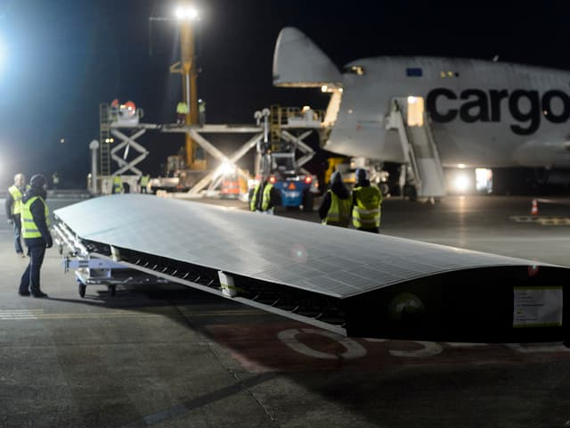 Teile des Solarflugzeugs werden in den Jumbo-Jet verladen