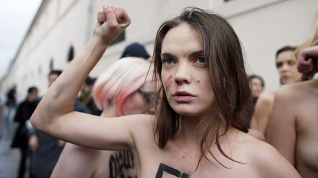 Oksana Schatschko mit erhobener Faus