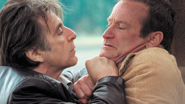 Zwei Männer in einem Handgemenge.