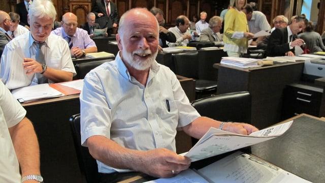SVP-Kantonsrat Erich Gysel mit der Zeitung in der Hand bei einer Sitzung im Schaffhauser Kantonsparlament.