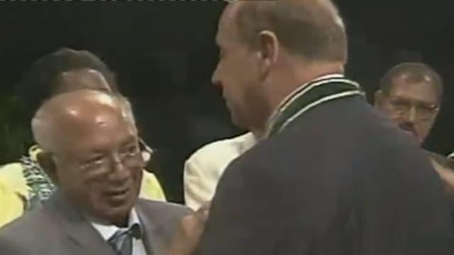 Jean Ziegler mit einer umgehängten Medaille