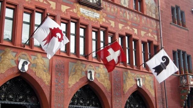 Basler Rathaus mit Flaggen von Basel-Stadt und Baselland