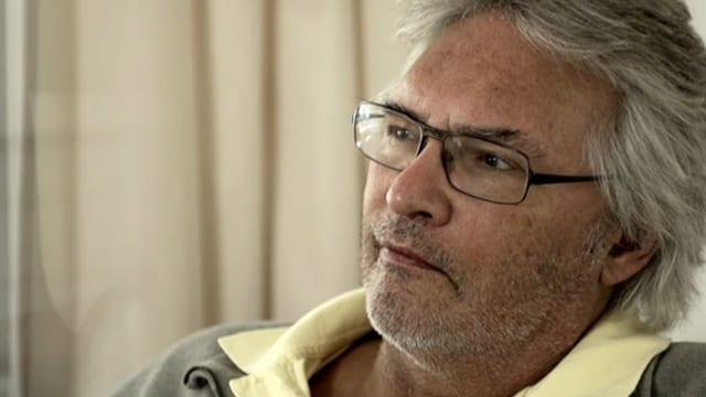 Porträt von Martin Miller, graue Haare, Bart und Brillenträger.