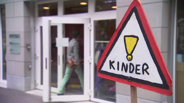Schild, auf dem Achtung, Kinder steht.