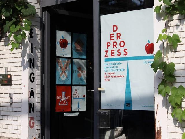 Ein Eingang mit Plakat