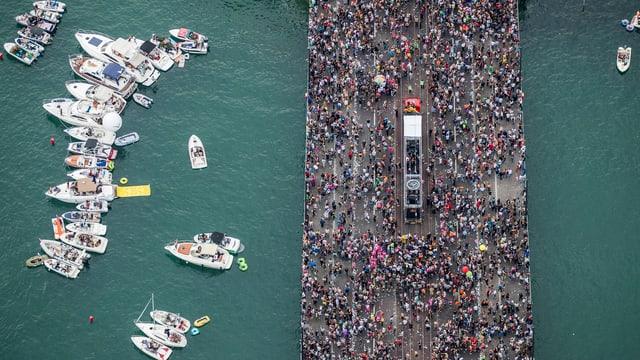 Die Quaibrücke in Zürich, vollgestopft mit Menschen an der Streetparade. Blick von oben.