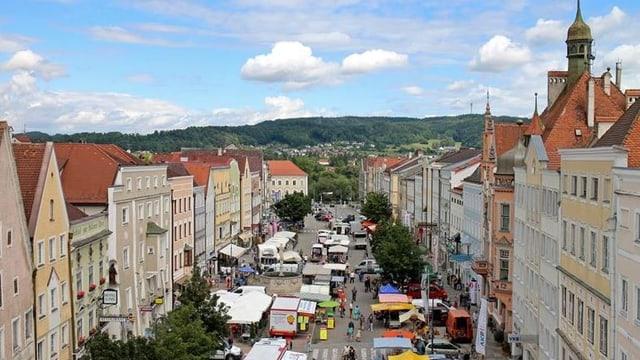 Altstadt von Braunau von oben mit alten Gebäuden und Markt