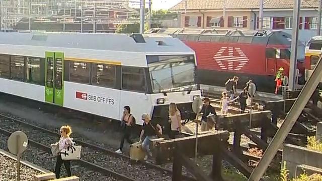 Genervte Pendler mach sich auf den Weg über die Gleise im Bahnhof Winterthur.