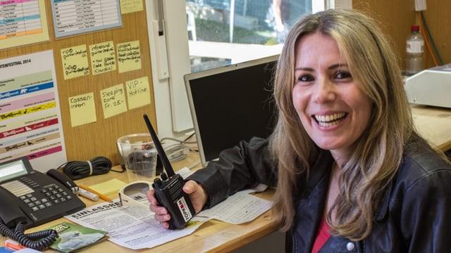 Susanne Bauer sitzt im Festivalbüro.