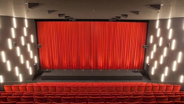 Klassischer Kinosaal in Baden mit roten Sitzen