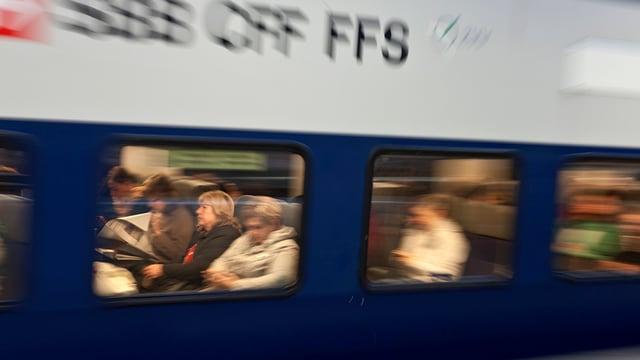 Eine mit Pendlern gefüllte S-Bahn der SBB fährt vorbei.