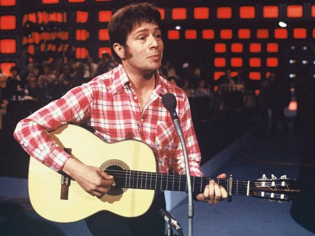 Sänger Dieter Wiesmann bei einem Auftritt mit Gitarre