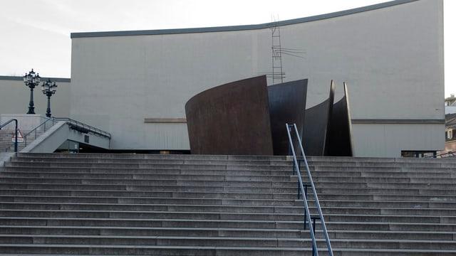 Die Treppe zum Theater Basel unter der Serra-Plastic