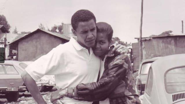 Schwarzeweissbild von Michelle und Barack Obama in jungen Jahren.