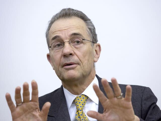 Tim Guldimann, der Schweizer Botschafter, mit gelber Krawatte, die Hände gehoben.