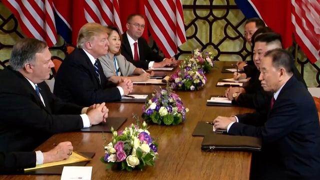 Donald Trump e Kim Jong Un durant ils discurs a Hanoi.