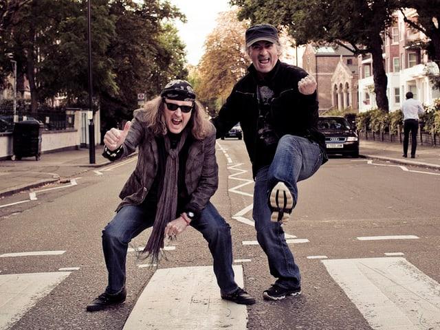 Krokus-Musiker Chris von Rohr (links) und Marc Storace auf dem Zebrastreifen vor dem Beatles-Studio in London.